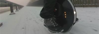 Zimowa jazda na monocyklu